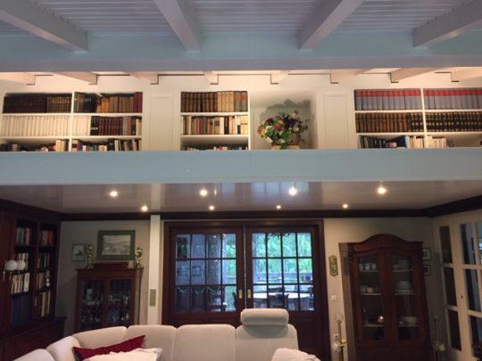 Zwischendecke eingezogen mit Bücherregalen
